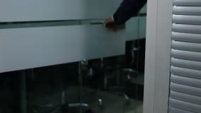 Begreppet för liv för affärskontoret, den manliga handen öppnar det glass dörrhandtaget Mannen i dräkt går oun av rumöppningsdörr stock video