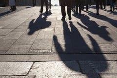 Begreppet för stads- liv, folk skuggar på gator royaltyfri bild