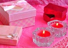 Begreppet för valentindagkortet, valentingåvan, stearinljus, gåvor, förvånar, förälskelse Fotografering för Bildbyråer