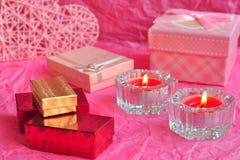 Begreppet för valentindagkortet, valentingåvan, stearinljus, gåvor, förvånar, förälskelse Royaltyfria Bilder