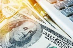 begreppet finansierar home Besparingar i dollar och räknemaskin Arkivfoton