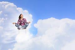 begreppet hands hans lyftta sky för mannen meditationen till barn Royaltyfri Fotografi