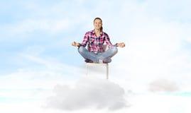begreppet hands hans lyftta sky för mannen meditationen till barn Arkivbild