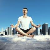 begreppet hands hans lyftta sky för mannen meditationen till barn Arkivfoton