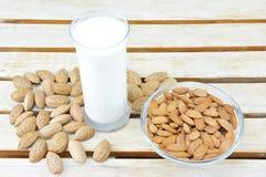 Begreppet med exponeringsglas av mandeln mjölkar och mandlar Arkivfoto