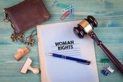 begreppet rights kvinnan Anteckningsbok på ett ljust - grön bakgrund Kontorsbrevpappertillbehör royaltyfria bilder