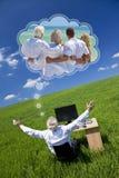 För familjsemestern för manen sätter in drömma gräsplan för skrivbordet för ferie Fotografering för Bildbyråer