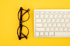 Begreppsögonexponeringsglas och tangentbord fotografering för bildbyråer