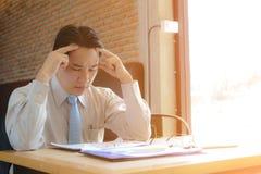 Begreppsaffär som är stressad om arbete Arkivfoto
