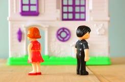 Begreppsbild av den ilskna mannen och kvinna eller stridighet små plast- leksakdockor (mannen, kvinnlig,), selektiv fokus Royaltyfri Fotografi