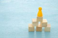begreppsbild av träsnitt som staplar som diagram eller stege begrepp för tillväxt och framgång royaltyfri foto