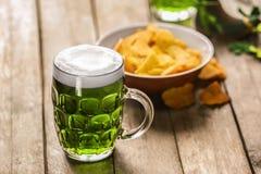 begreppsdagpatrick st Exponeringsglas av grönt öl arkivbild