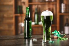 begreppsdagpatrick st Exponeringsglas av grönt öl royaltyfri fotografi