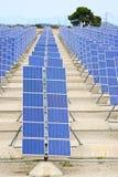 begreppsenergi för bakgrund 3d isolerade framförd sol- white Arkivbild