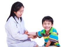 Begreppsfoto av barnhälsa och medicinsk vård Isolerat på arkivfoto