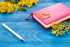 Begreppsgåvablommor på trätabellåtlöje upp Royaltyfri Foto
