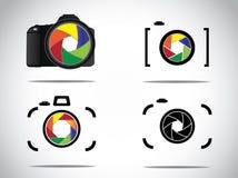 Begreppsillustrationen av moderiktig minimalistic 3d digitala SLR och enkla kamerasymboler ställde in med slutaresymbolen Arkivfoton