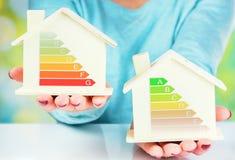 Begreppsjämförelse mellan det normala huset och det låga förbrukningshuset med energieffektivitetsvärdering Royaltyfria Foton