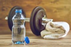 Begreppskonditionutrustning med hanteln, flaska av vatten och handduk Royaltyfria Foton