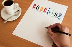 Begreppskontoret - uttrycka coachningen på den vita sidan royaltyfria bilder