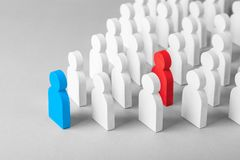 Begreppsledaren av affärslaget indikerar riktningen av rörelsen in mot målet Folkmassan av män går för ledaren Arkivfoton