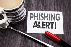 Begreppsmässig överskrift för handhandstiltext som visar den Phishing varningen Affärsidé för bedrägerivarningsfara som är skrift Arkivbild
