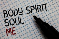 Begreppsmässig anda för ande för kropp för handhandstilvisning mig Tillstånd för medvetenhet för terapi för jämvikt för affärsfot arkivfoton