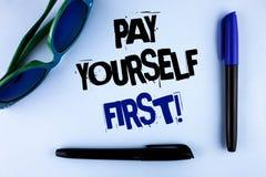 Begreppsmässig appell för lön för handhandstilvisning Motivational själv först Affärsfotoet som ställer ut personlig finans, spar Arkivbild