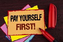 Begreppsmässig appell för lön för handhandstilvisning Motivational själv först Affärsfotoet som ställer ut personlig finans, spar Royaltyfri Fotografi