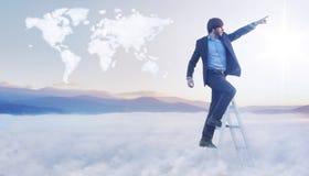 Begreppsmässig bild av affärsmannen över molnvärldskartan Arkivbild