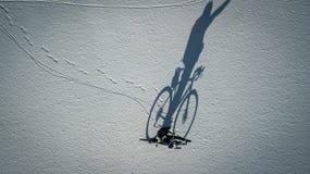 Begreppsmässig bild av cyklisten som nära står med cykeln Arkivfoto