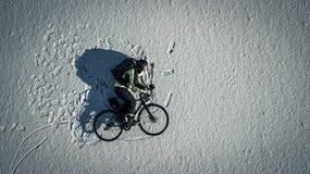 Begreppsmässig bild av cyklisten som rider en cykel Fotografering för Bildbyråer
