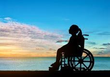 Begreppsmässig bild av en flicka med ett handikapp royaltyfri fotografi