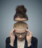 Begreppsmässig bild av en labyrint i kvinnans hjärna arkivfoto