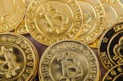 Begreppsmässig bild för den världsomspännande cryptocurrencyen, fysisk version för enorm bunt av guld- Bitcoin Fotografering för Bildbyråer