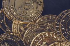 Begreppsmässig bild för den världsomspännande cryptocurrencyen, fysisk version för enorm bunt av guld- Bitcoin Royaltyfria Bilder