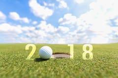 Begreppsmässig bild för golfsport Lyckligt nytt år 2018 Golfboll på den gröna farleden royaltyfri foto