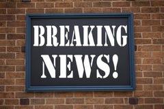 Begreppsmässig breaking news för meddelande för visning för inspiration för överskrift för handhandstiltext Affärsidé för tidning Arkivfoto