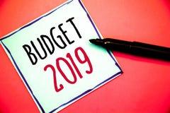 Begreppsmässig budget 2019 för handhandstilvisning Bedömning för nytt år för affärsfototext av inkomster och kostnader finansiell arkivfoto