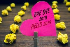 Begreppsmässig bye för handhandstilvisning - bye Hello 2018 2019 Affärsfototext som startar det Motivational meddelandet 2018 för royaltyfria foton