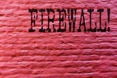 Begreppsmässig Firewall för handhandstilvisning Malware för affärsfototext skydd förhindrar konst för vägg för internetbedrägerit arkivfoton