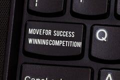 Begreppsmässig flyttning för handhandstilvisning för framgång som segrar konkurrens Affärsfototext gör de högra flyttningarna att arkivfoton