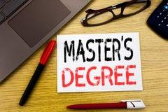 Begreppsmässig grad för förlage s för visning för handhandstiltext Affärsidé för akademisk utbildning som är skriftlig på papper, royaltyfri foto