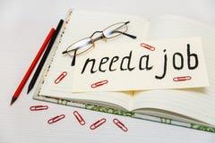 Begreppsmässig hand dragen inskrift: Behöv ett jobb på skylten Bl Royaltyfria Foton