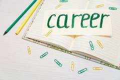 Begreppsmässig hand dragen inskrift: Karriär på skylten Den gröna målningslaglängden skissar Öppna anteckningsboken med blyertspe Fotografering för Bildbyråer