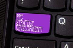 Begreppsmässig hand som skriver visa Ppc-strategiutveckling Affärsfoto som ställer ut för att framkalla en aktionsplan att bygga royaltyfri bild