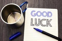 Begreppsmässig handhandstil som visar bra lycka Affärsfoto som ställer ut lycksaliga Lucky Greeting Wish Fortune Chance framgångk Arkivbild
