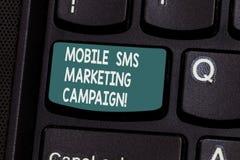 Begreppsmässig handhandstil som visar den mobila Sms marknadsföringsaktionen Affärsfototext som annonserar kommunikationsbefordra royaltyfri foto