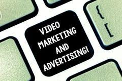Begreppsmässig handhandstil som visar den videopd marknadsföringen och annonserar Optimization för aktion för befordran för affär fotografering för bildbyråer