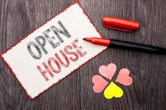 Begreppsmässig handhandstil som visar det öppna huset Wri för lägenhet för byggnad för egenskap för hem för affärsfototext bostad royaltyfria foton